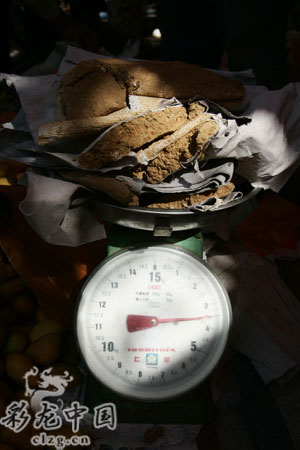 每个10公斤重的果篮,放在里面的泥块都在3公斤左右 记者 李振宇 摄