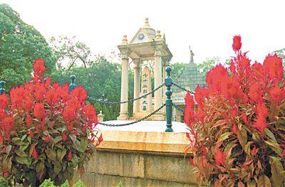 """""""黄花皓月""""是指黄花岗公园或称黄花岗七十二烈士墓。"""