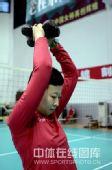 图文:女排郴州集训欢乐多 冯坤正在练习力量
