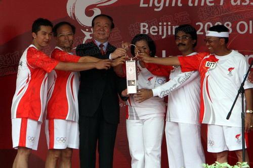 参加庆典仪式的来宾展示奥运圣火