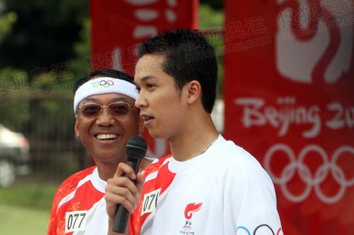 印尼羽毛球名将陶菲克在庆典仪式上接受采访