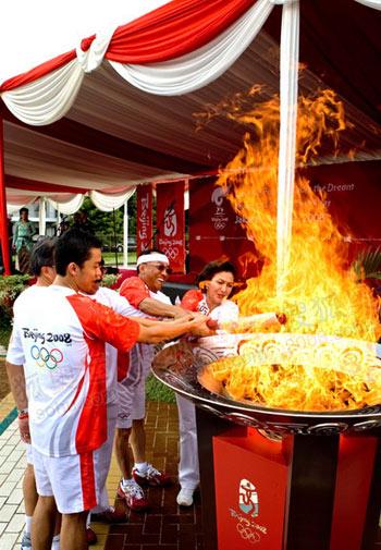五人共同点燃圣火盆