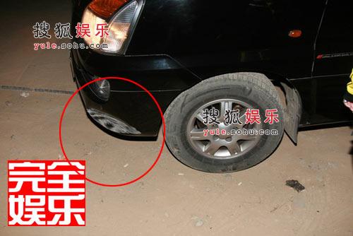 慌乱之中李小璐司机将车撞向后墙