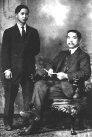 1910年,孙科与父亲在檀香山合影。