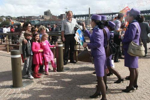 经过家长允许,中国游客与澳洲小朋友合影。