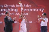 图文:印尼奥委会主席在起跑仪式上展示火炬