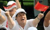 图文:民众沿途为奥运圣火传递加油