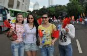 组图:雅加达圣火传递现场 华人美女助威祖国