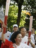 图文:印尼奥委会主席与中国大使兰立俊交接