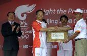图文:中国驻印尼大使向雅加达颁发传递城市证书