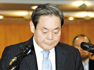 李健熙/李健熙在媒体面前宣读辞职声明。