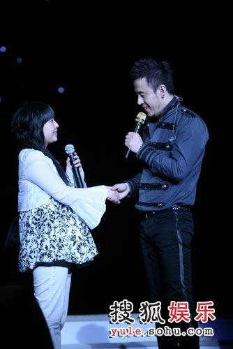 杨坤工体演唱会 与歌迷握手图片