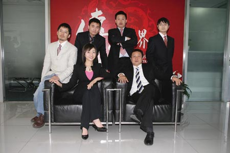 图为盛大SDG高管:前排左起:CEO李瑜、总裁凌海,后排左起:CTO朱继盛、副总裁沈杰、首席制作人张向东、副总裁王峰
