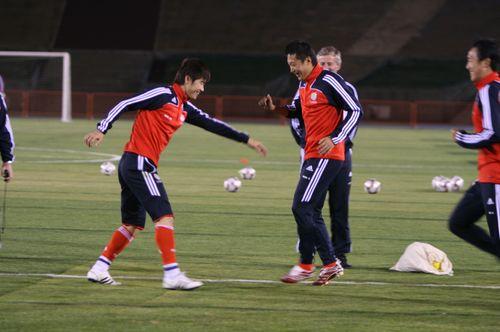 图文:[训练]米卢探班国足 队员积极训练