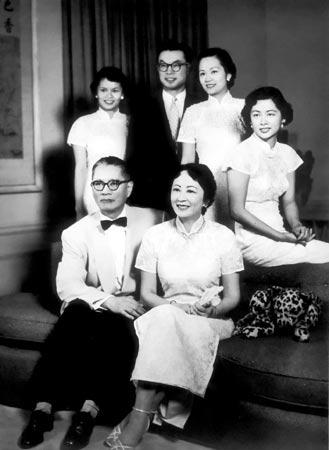 1950年代初,宋子文夫妇与女儿、大女婿合照。前排左起:小女儿瑞颐、大女婿冯彦达、大女儿琼颐、二女儿曼颐