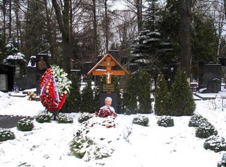 3月份还被积雪覆盖的叶利钦墓地,冷冷清清 (新民网 钱平广摄)