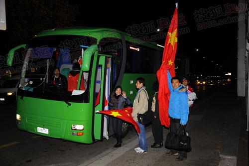 华人乘坐大巴到现场