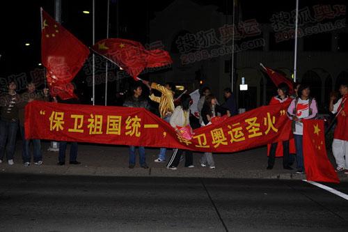 华人高举国旗在现场