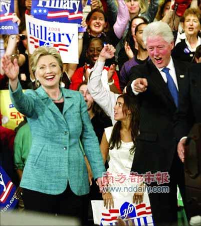 22日,希拉里和丈夫克林顿一起庆祝宾州预选胜利。