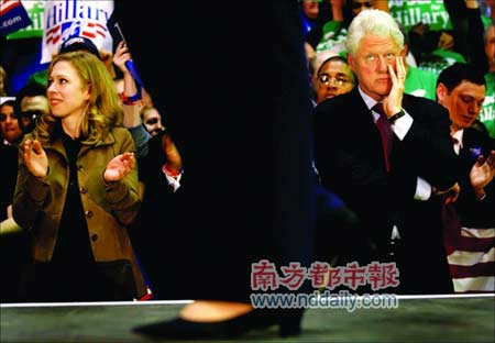 在宾州初选最后一刻,克林顿注视着台上的希拉里。