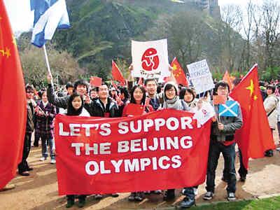 支持北京奥运(全英学联供图)