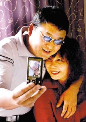 昨日,高新区某宾馆,郑文惠正搂着刘爱丽用手机拍照留念  见习记者 吴珊 摄