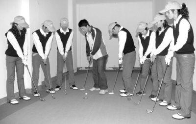 高尔夫学员正在室内练球。本报记者
