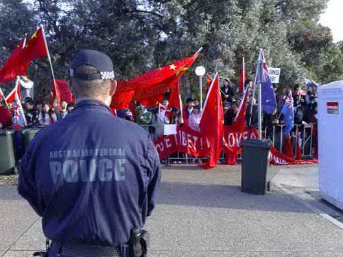 华人留学生与警察