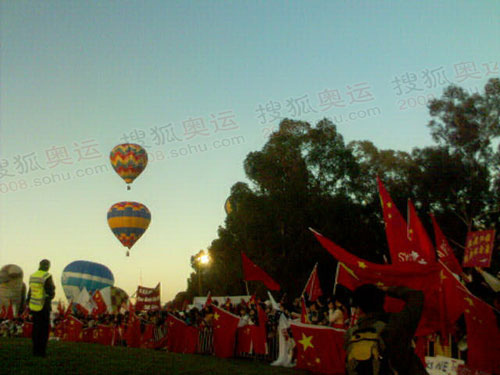 华人赶赴为北京奥运欢呼 现场成为红色海洋