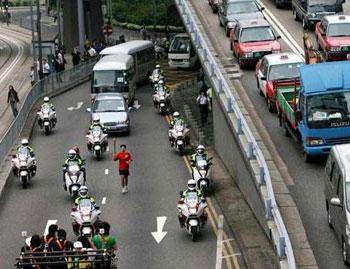图:香港日前举行奥运圣火传递预演,确保在5月2日晚准时送交澳门。(图片来源:大公报)