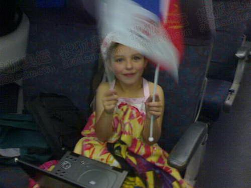 澳洲小姑娘在挥舞五星红旗