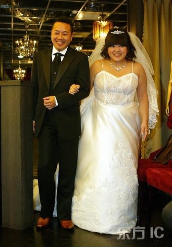 杜诗梅_杜诗梅披婚纱宣喜讯与未婚夫高调现身秀婚戒