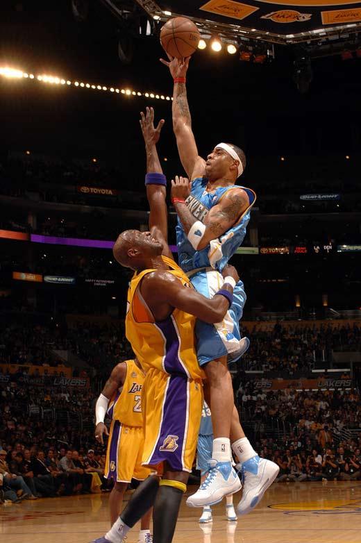 图文:[NBA]湖人主场战掘金 马丁单打奥多姆