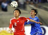图文:[热身]国足VS萨尔瓦多 忻峰比赛中护球