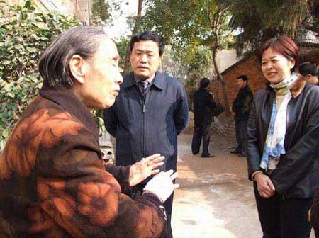 2007年2月,湖北宜昌当阳市长范晓岚(右一)走访慰问军烈属。 资料图片