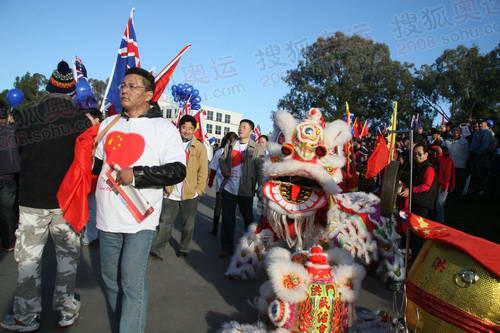 华人在起火炬传递起点与点火仪式上舞龙舞狮