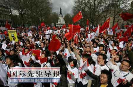 4月19日法国巴黎举行的大规模华人集会