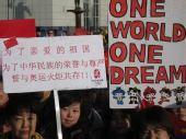 组图:堪培拉圣火传递现场 华人打出标语挺祖国