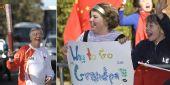 图文:奥运圣火在堪培拉传递 火炬手惠特布雷德
