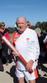 图文:奥运圣火在堪培拉传递 年龄最大火炬手