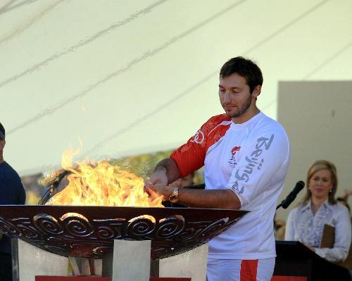 最后一棒火炬手索普点燃圣火盆