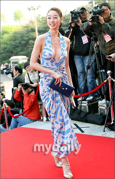 崔茹真蓝色礼服前后通透 力争当晚最豪放着装 崔如真