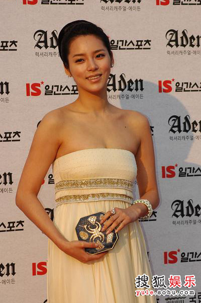 朴诗妍纱裙抹胸很性感