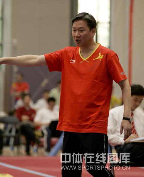 图文:中国男子体操队队内测试赛 黄玉斌在指导