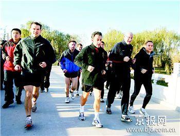 2007年 11月26日晨8时40分,法国总统萨科齐来到朝阳公园,边赏景边晨练。
