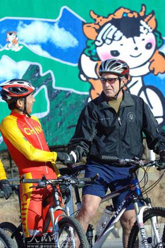 """2005年11月20日,美国总统布什前往京西的老山自行车训练场一展""""车技"""","""