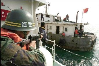 东海警二支队官兵在海上进行反恐演练。