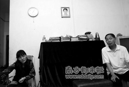 蒋力的妻子管艳和他的岳父讲述事件过程,蒋力的猝死让他们备受打击。