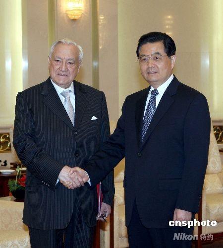 四月二十四日,中国国家主席胡锦涛在北京人民大会堂会见来华访问的法国参议院议长蓬斯莱一行。 中新社发 任海霞 摄