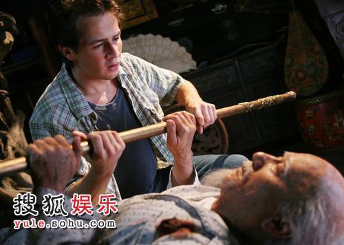 成龙在新片《功夫之王》中化老妆。